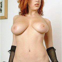 Rothaariges Mädchen mit dicken Titten